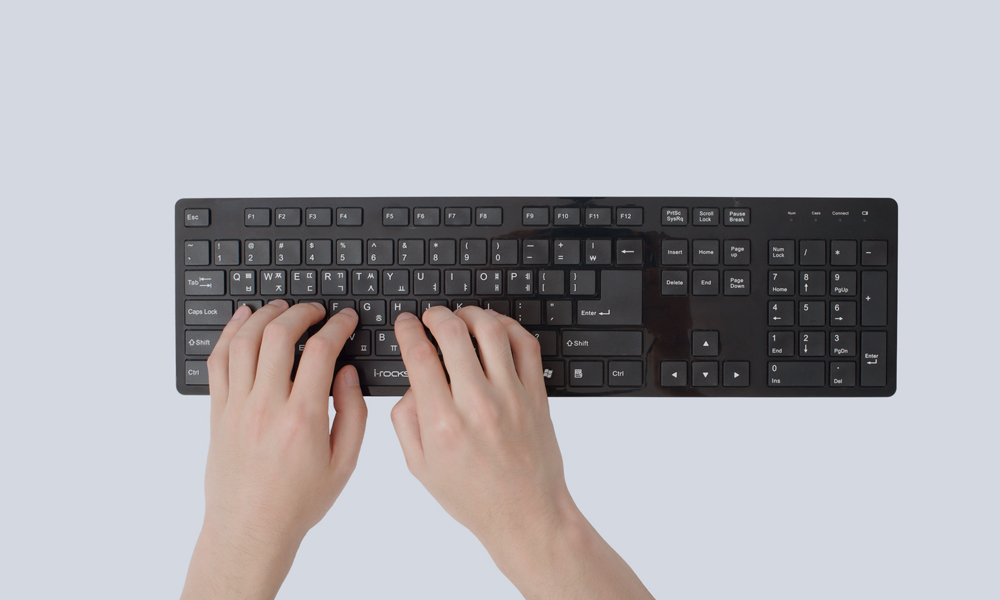 Due mani su una tastiera