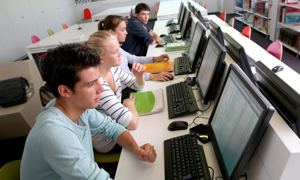 Studenti davanti ai computer