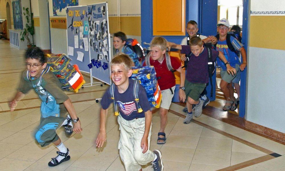 bambini che corrono a scuola