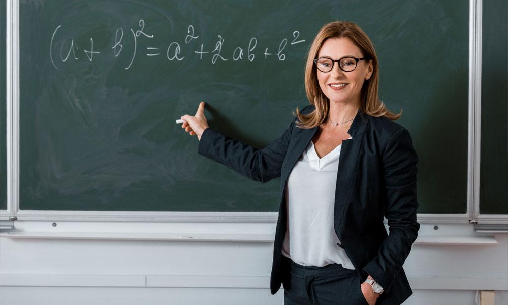 Professoressa di matematica davanti a una lavagna